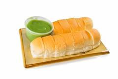 Brot mit Vanillepudding auf weißem Hintergrund Lizenzfreies Stockfoto