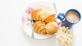 Brot mit Zeit der Kaffeetasse morgens Stockbilder