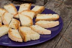 Brot-Platte auf einem Faß Stockbild