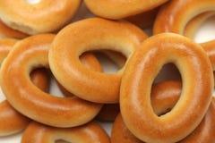 Brot-Ringe getrennt auf Weiß Stockfotos