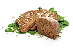 Brot, Spinat und Sonnenblumensamen Stockfotos