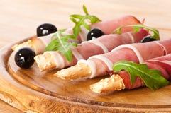 Brot-Steuerknüppel mit Parmaschinken stockbild