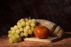 Brot, Tomate und Trauben Stockbild