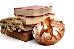 Brot und alte Bücher Stockbild