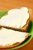 Brot und Butter auf einer Platte Stockbilder