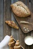 Brot und eine Schale Milch Lizenzfreie Stockbilder