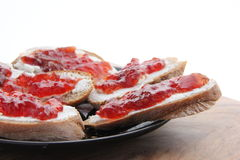 Brot- und Erdbeerestörung Lizenzfreie Stockfotos