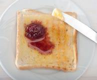 Brot-und Erdbeerstau Lizenzfreie Stockbilder