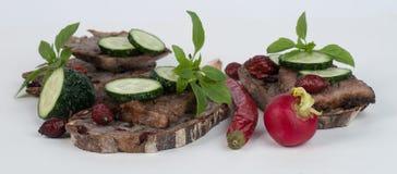 Brot und Fleisch auf dem Hintergrund Stockfotografie