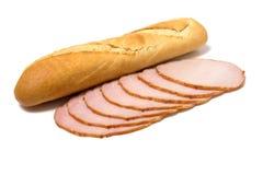 Brot- und Fleischscheiben getrennt auf Weiß Lizenzfreie Stockfotos