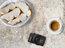 Brot und Kaffee zum Bloggerfrühstück Lizenzfreie Stockfotografie