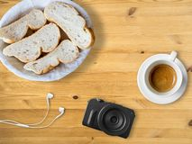 Brot und Kaffee zum Bloggerfrühstück Lizenzfreies Stockfoto