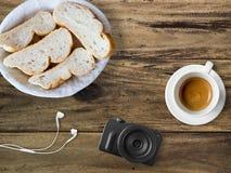 Brot und Kaffee zum Bloggerfrühstück Lizenzfreie Stockfotos