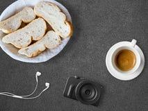 Brot und Kaffee zum Bloggerfrühstück Lizenzfreie Stockbilder