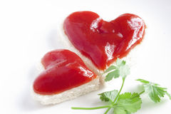 Brot und Ketschup in Form des Herzens stockfotografie