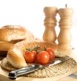 Brot-und Kirschtomaten Stockbild