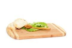Brot und Löffel mit Senf Stockfotos