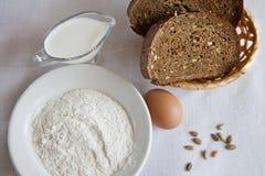 Brot und Mehl auf einer Tabelle Lizenzfreies Stockbild
