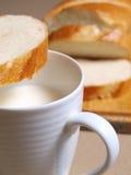 Brot und Milch stockfotografie