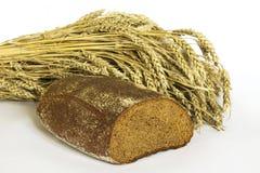 Brot und Ohren des Weizens lizenzfreies stockbild