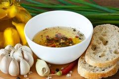 Brot und Olivenöl. Stockfotos