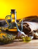 Brot und Oliven lizenzfreie stockfotografie