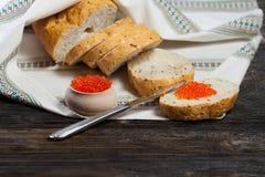 Brot und roter Kaviar Lizenzfreies Stockfoto