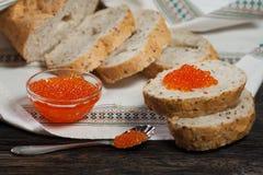 Brot und roter Kaviar Lizenzfreies Stockbild