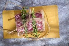 Brot und Salami Stockfoto