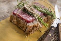 Brot und Salami Lizenzfreies Stockfoto