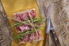 Brot und Salami Lizenzfreie Stockfotos
