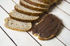 Brot und Schokolade, Schokoladenverbreitungsbrot, Kleie schnitten Brot und Schokolade, Vollkornbrot und Schokolade Stockfotos