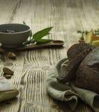Brot und Snack auf dem Tisch Lizenzfreie Stockfotografie