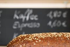 Brot und Tafel in der Kaffeestube stockfoto