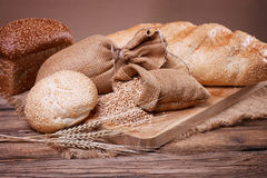 Brot- und Weizenohren auf dem Rausschmiß Lizenzfreie Stockbilder