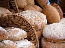 Brot von einem lokalen im Freienmarkt Stockfotografie