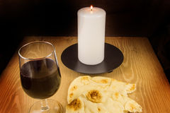 Brot, Wein, Kerze und Rosenbeet Lizenzfreies Stockbild