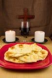 Brot, Wein, zwei Kerzen und Kreuz Stockbild