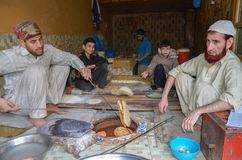 Brotbackautomaten, die Brot in der Lebensmittel-Straße, Lahore, Pakistan kochen Stockfotografie