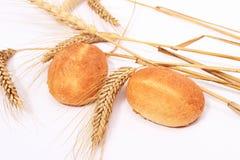 Brotbrötchen und Stiele des Weizens Lizenzfreie Stockbilder