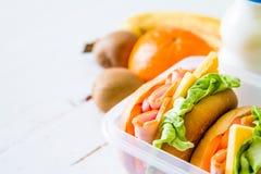 Brotdose mit Sandwich Salat und friuts Stockfotos