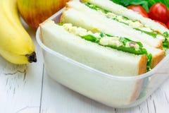 Brotdose mit Sandwichen, Apfel und Banane Stockbild