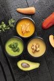 Brotdosen mit avacado, K?rbis, Erbsensuppe, Karotte und Pfeffer auf K?chenbrett, Platz f?r Text, gesunde Mahlzeit in den Nahrungs lizenzfreie stockfotografie