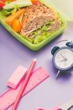 Brotdosen mit frischem gesundem zweitem Frühstück stockbild