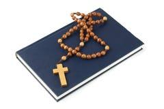 Brote der heiligen Bibel und des Rosenbeetes stockbilder