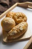 Brote im hölzernen Behälter Lizenzfreie Stockfotografie