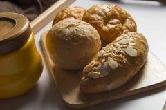 Brote im hölzernen Behälter Lizenzfreie Stockbilder