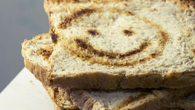 Brote schneiden werden gelegt in Schichten Lizenzfreie Stockbilder