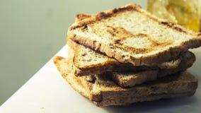 Brote schneiden werden gelegt in Schichten Stockfotos