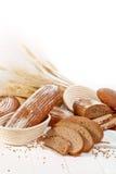 Broteignung mit Weizen auf weißem Hintergrund Lizenzfreie Stockfotos